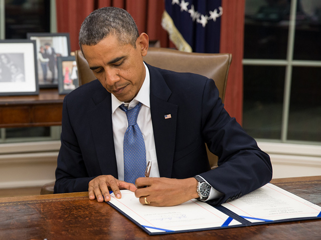 obama raises minimum wage for federal contract workers