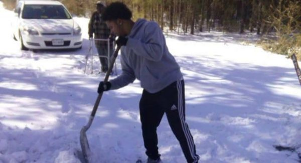 "Son Tells Mom to ""Stop the Car!"" – She Was Shocked …Then What She Saw Made Her Cry Teen-shovels-for-older-man-web-600x325"