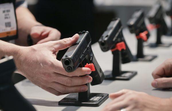 Gun_Debate_Tradeshow_09ebe